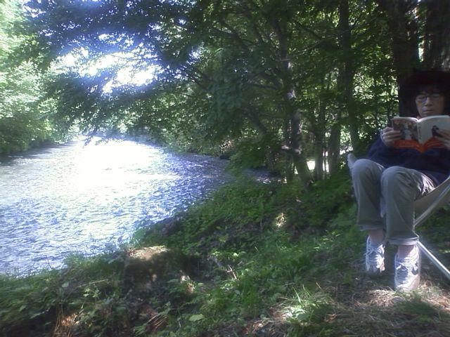 河原で読書